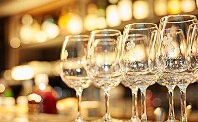 ワイングラスが並んでいる